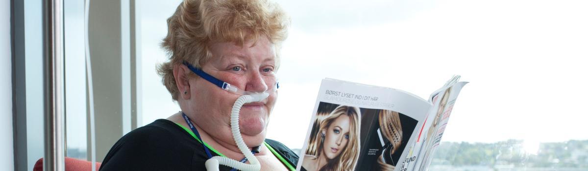 Margit Christiansen er en af de KOL-patienter, der har fået det markant bedre af High Flow-behandling. Hun var en af de patienter, der indgik i et stort studie af behandlingen, som Lungemedicinsk Afdeling på Aalborg Universitetshospital står bag.