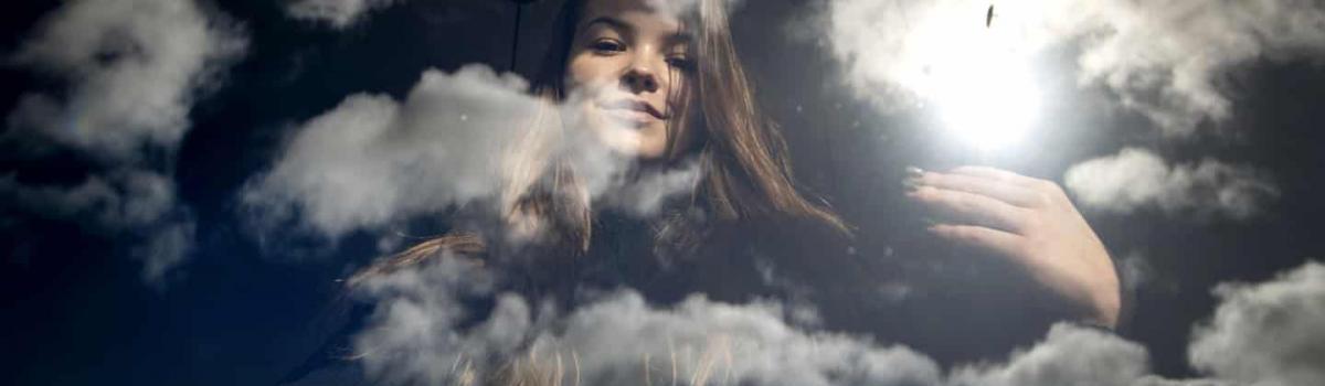 20-årige Laura Svangaard fra Horsens lider af en kronisk lungesygdom. Derfor er hun nu gået i fuldstændig isolation i et familiemedlems hus - kun med selskab af en lille hund. Foto: Søren E. Alwan