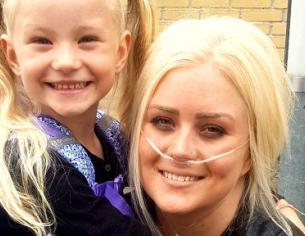 Camilla med sin datter på hendes første skoledag